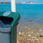 une poubelle publique au bord de la mer