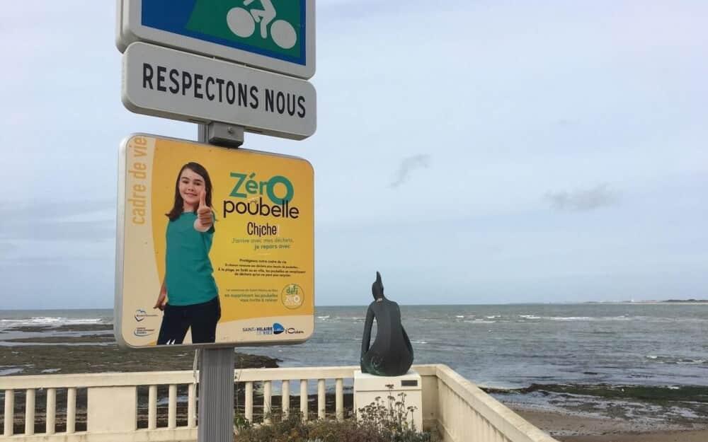 panneaux indiquant zéro poubelle publique en bord de mer