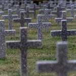un cimetière avec des croix