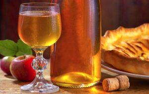 Un verre et une bouteille de cidre
