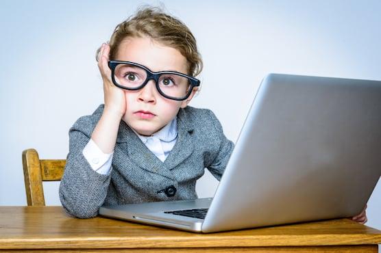Jeune enfant devant un ordinateur