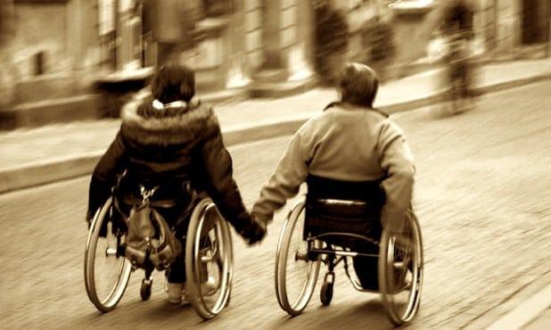 Couple en fauteuil roulant