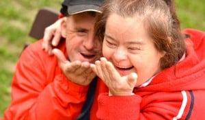 Un couple de personnes handicapees