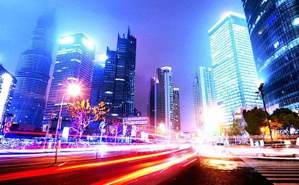 Immeubles modernes la nuit