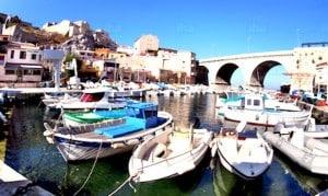 Des bateaux dans un petit port