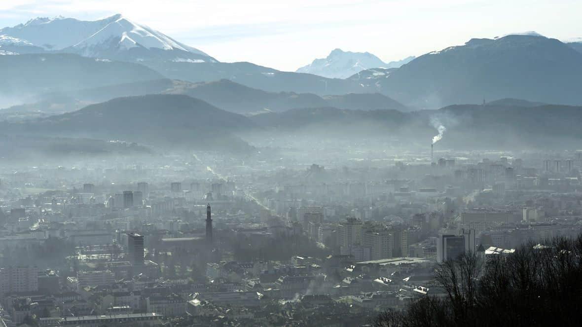 vue de Grenoble sous un nuage de pollution