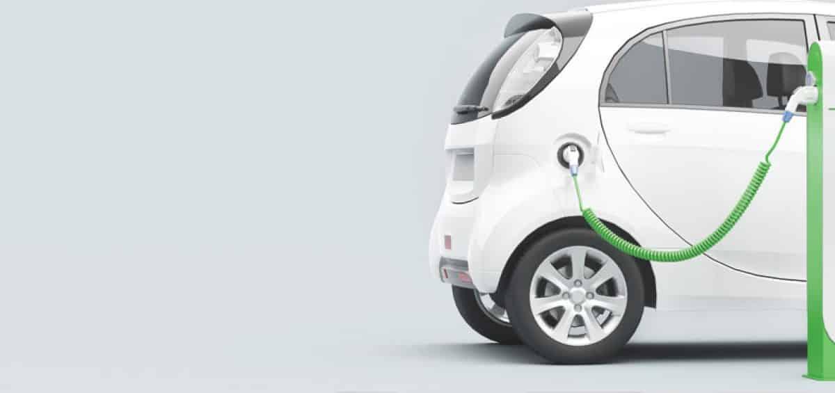 une voiture électrique qui se recharge