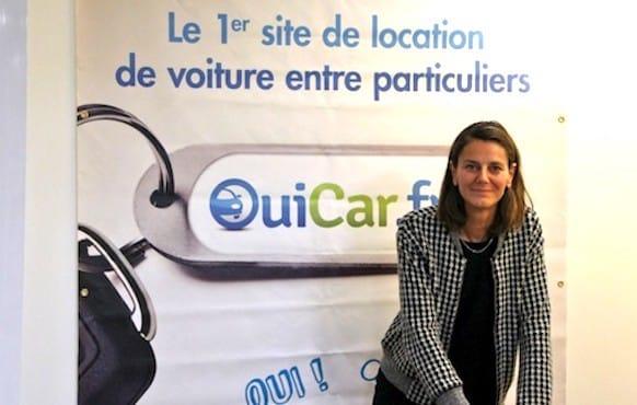 Femme dans une agence d'accueil OuiCar