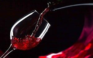 Beaujolais versé dans un verre
