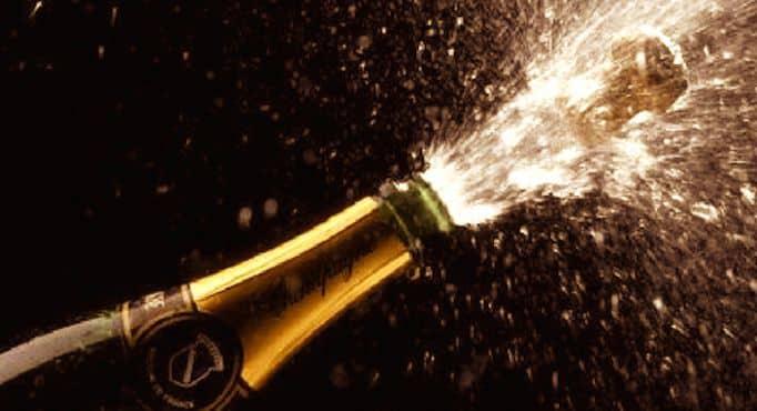 Champagne qui jaillit d'une bouteille