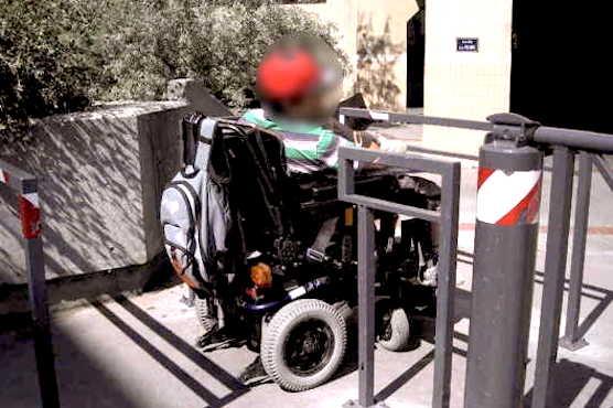 Personne en fauteuil roulant en train de passer une chicane
