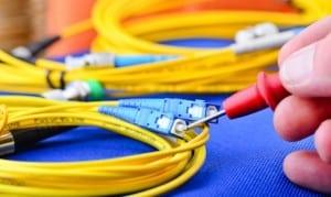 Main en train de tester un cable electrique