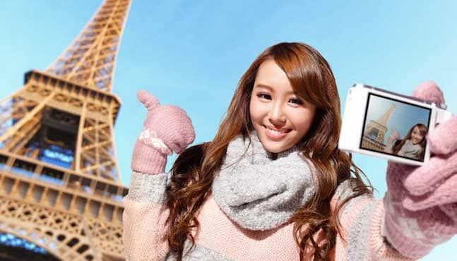 Touriste chinoise devant la Tour Eiffel