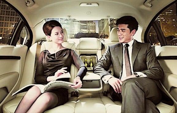 Couple asiatique dans une voiture