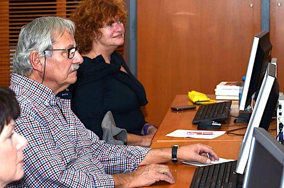 Seniors s'initiant a l'informatique