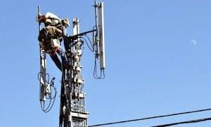 Ouvrier qui installe une antenne Telecom