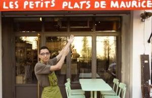 Serveur handicape devant le restaurant ou il travaille