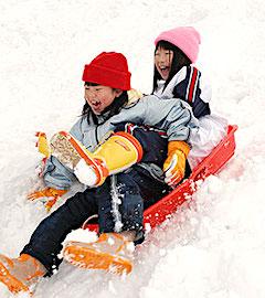 Deux fillettes qui s'amusent dans la neige.