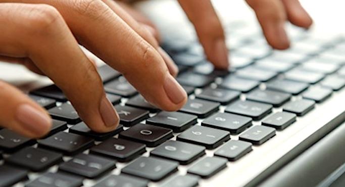 Doigts sur un clavier informatique