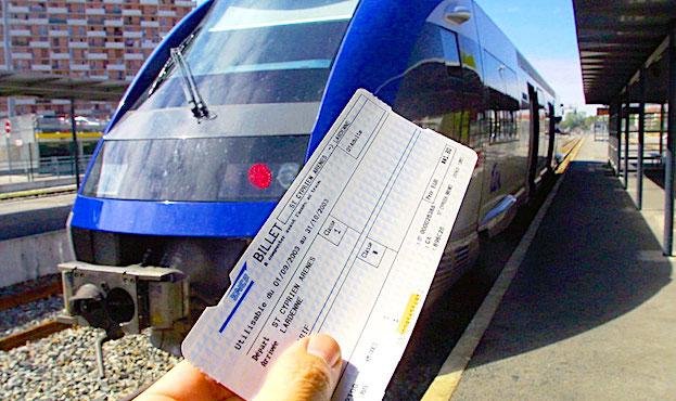 Main qui tient un billet de train