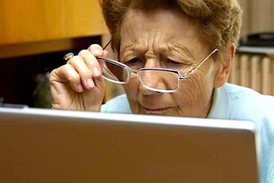 Femme agee devant un ordinateur
