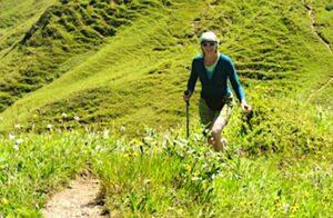 une marcheuse en randonnée symbole en écotourisme