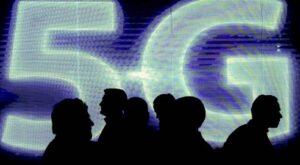 Silhouettes devant le sigle 5G