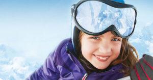 Enfant souriante, aux sports d'hiver.