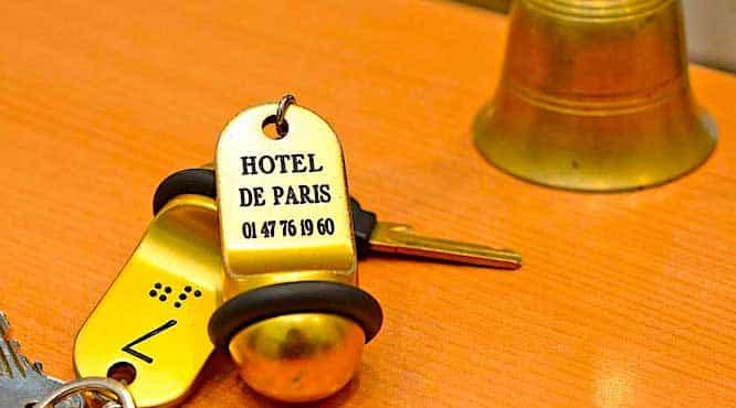 Clé de chambre d'hotel posee sur un comptoir.