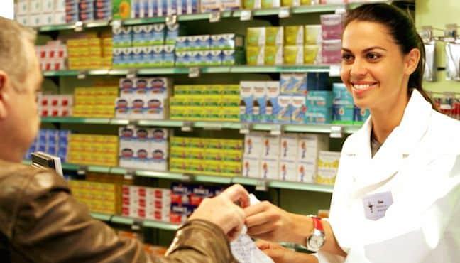 Pharmacienne accueillant un client
