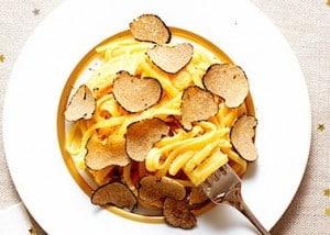 Plat de pates avec des truffes