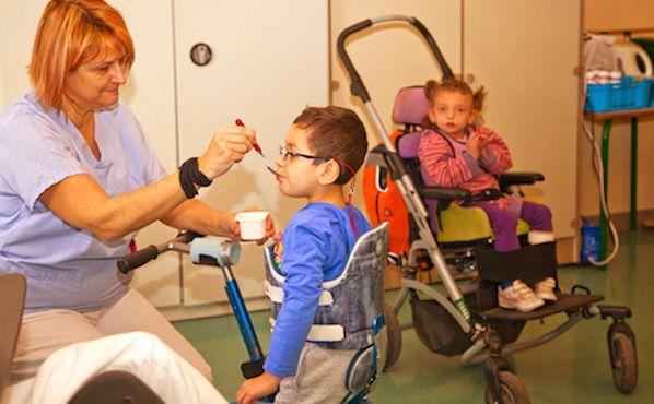 Femme s'occupant d'un enfant handicape