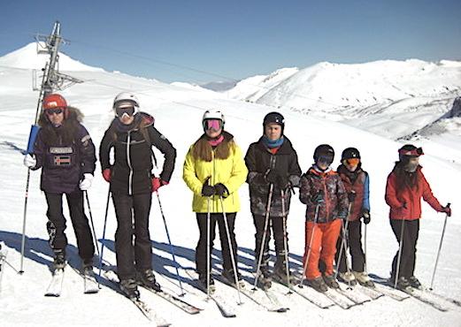 Groupe de jeunes au ski