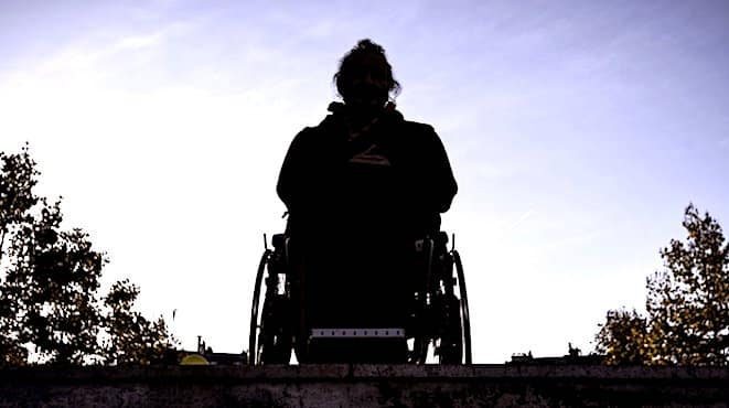 Personne de dos, en fauteuil roulant