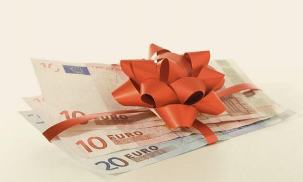 Billets de banque présentés comme un cadeau.