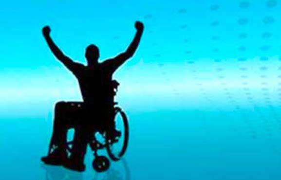 Silhouette en fauteuil roulant levant les bras