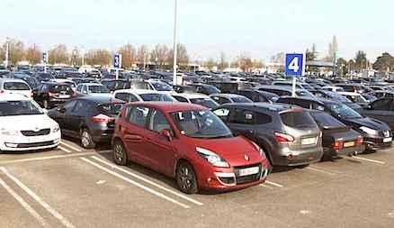 Un Parking Exterieur Dans Un Aeroport