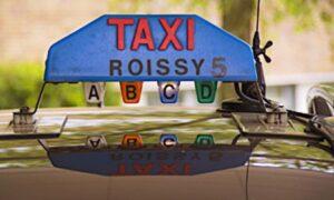 """Signal lumineux """"taxi"""" place sur le toit d'une voiture"""