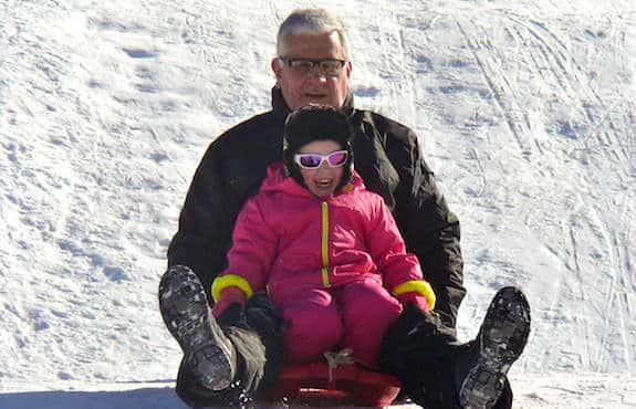 Pere et son enfant dans la neige, aux sports d'hiver