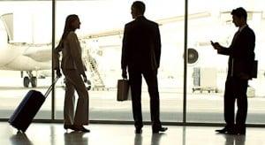 Silhouettes de voyageurs d'affaires dans un aéroport