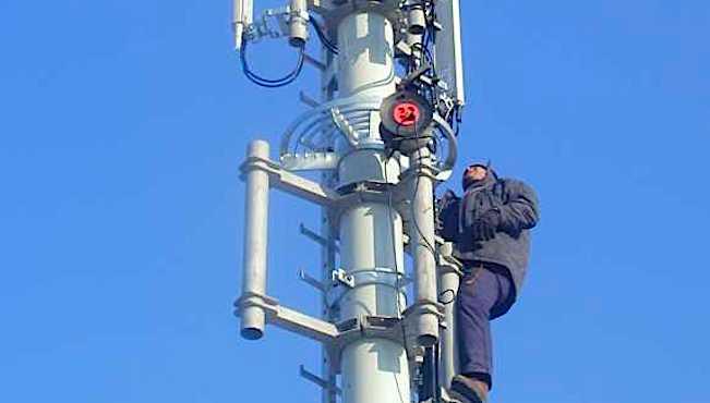 Ouvrier sur une antenne radio