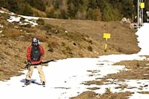 Skieur sur un site peu enneige.