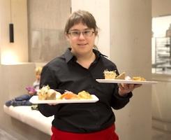 Une serveuse handicapée.