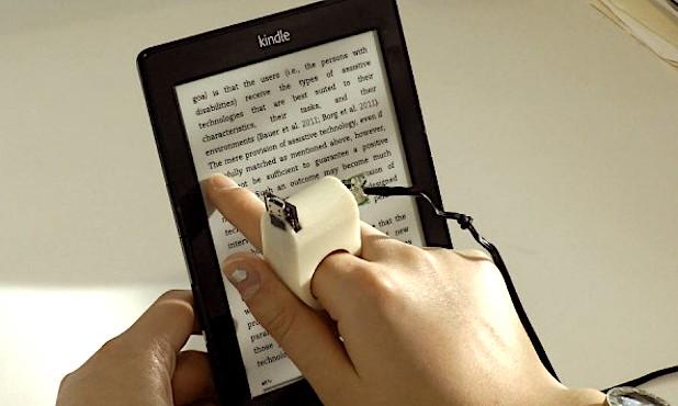 Personne aveugle qui utilise une tablette numerique.