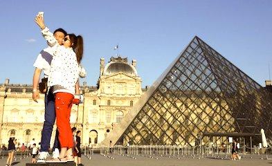 Des touristes dans la cour du Louvre, à Paris