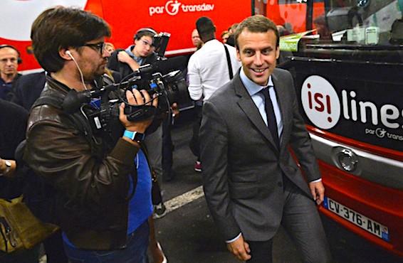 Emmanuel Macron en visite dans une gare routiere.