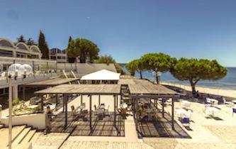 Un hôtel avec un bel accès à la plage