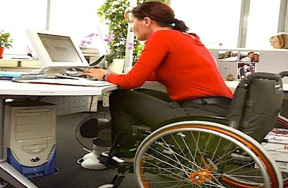 Femme handicapee au travail