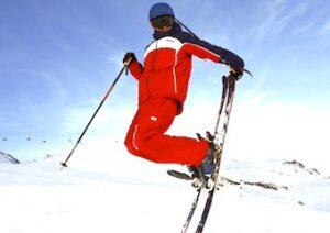 Skieur qui saute en l'air.