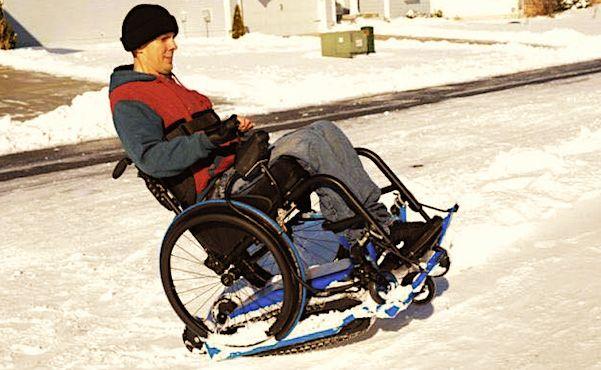 Un fauteuil roulant dans la neige.